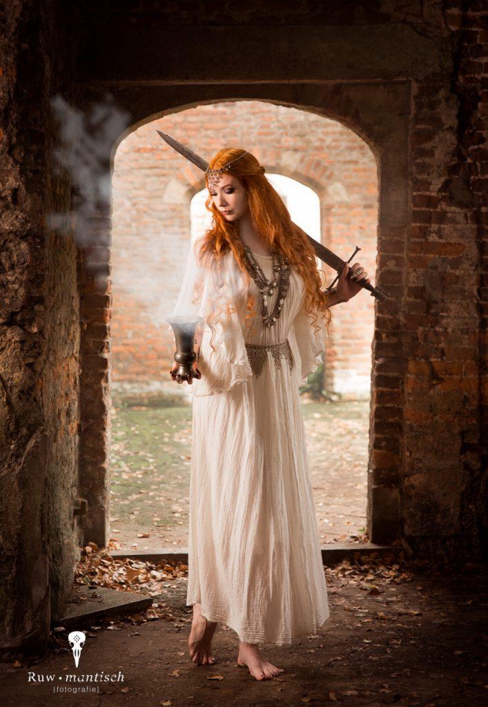 Fotoshoot ruwmantisch bunny glittergun shoot fotografie urbex portret fantasy ruine elf zwaard epic episch vergane glorie