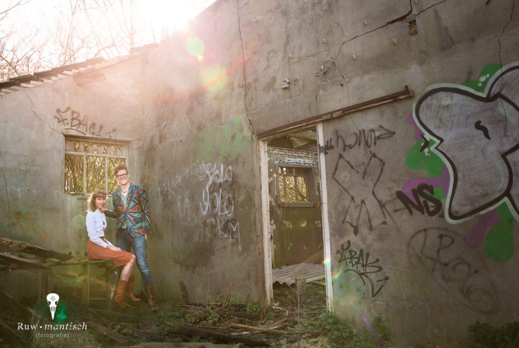 Loveshoot in vervallen ruwe post apocalyptische urbex verlaten boerderij afgebrand stoer romantisch fotografie fotoshoot professioneel portretten Ruwmantisch Eline Kentie