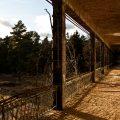 verlaten ruw rauw urbex vervallen www.ruwmantisch.nl ruwmantisch portret portretten portretfoto's fotografie fotosessie fotoshoot roest ziekenhuis sanatorium balkon