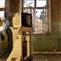 verlaten ruw rauw urbex vervallen www.ruwmantisch.nl ruwmantisch portret portretten portretfoto's fotografie fotosessie fotoshoot roest ziekenhuis sanatorium monitor apparaat raam