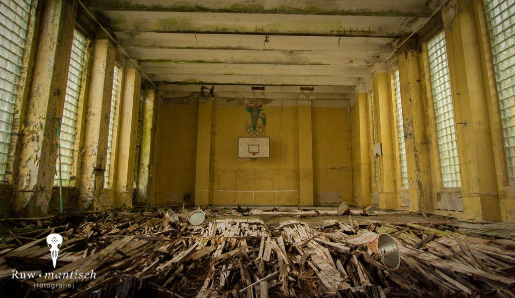 verlaten ruw rauw urbex vervallen www.ruwmantisch.nl ruwmantisch portret portretten portretfoto's fotografie fotosessie fotoshoot roest vloer gymzaal lampen verwoest