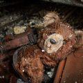 verlaten ruw rauw urbex vervallen www.ruwmantisch.nl ruwmantisch portret portretten portretfoto's fotografie fotosessie fotoshoot roest opvangcentrum kindertehuis kinderdagverblijf knuffel beer
