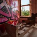 verlaten ruw rauw urbex vervallen www.ruwmantisch.nl ruwmantisch portret portretten portretfoto's fotografie fotosessie fotoshoot roest ziekenhuis sanatorium kamer graffiti