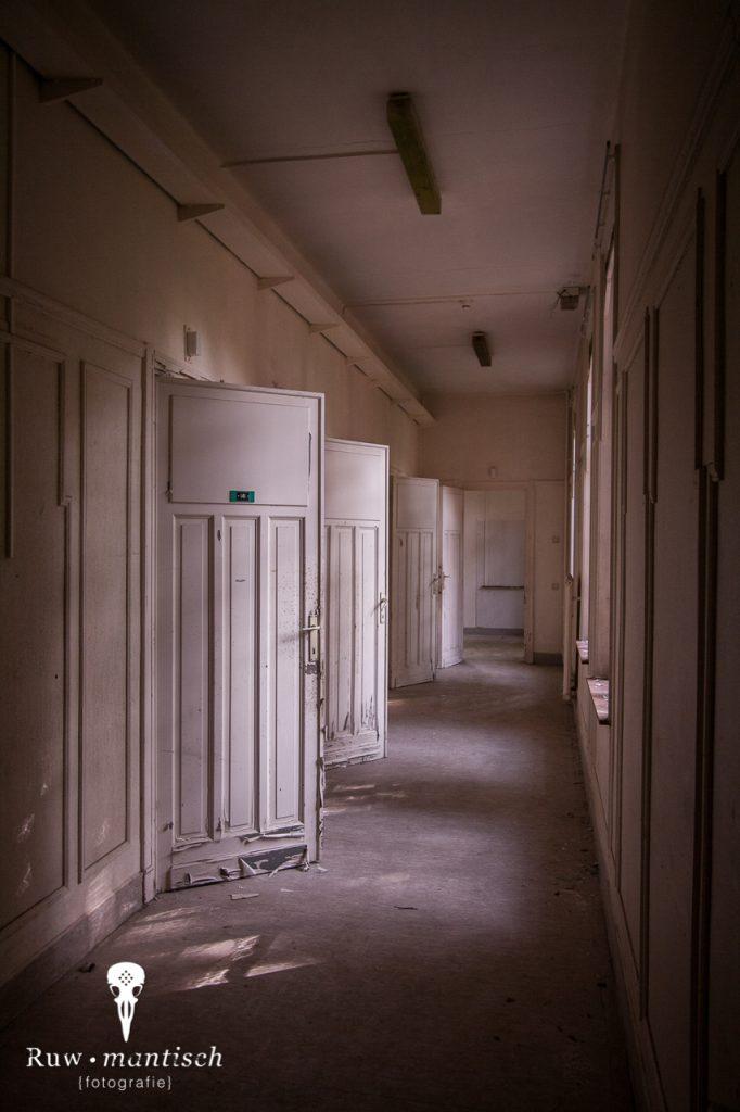 verlaten ruw rauw urbex vervallen www.ruwmantisch.nl ruwmantisch portret portretten portretfoto's fotografie fotosessie fotoshoot roest ziekenhuis sanatorium gang deuren