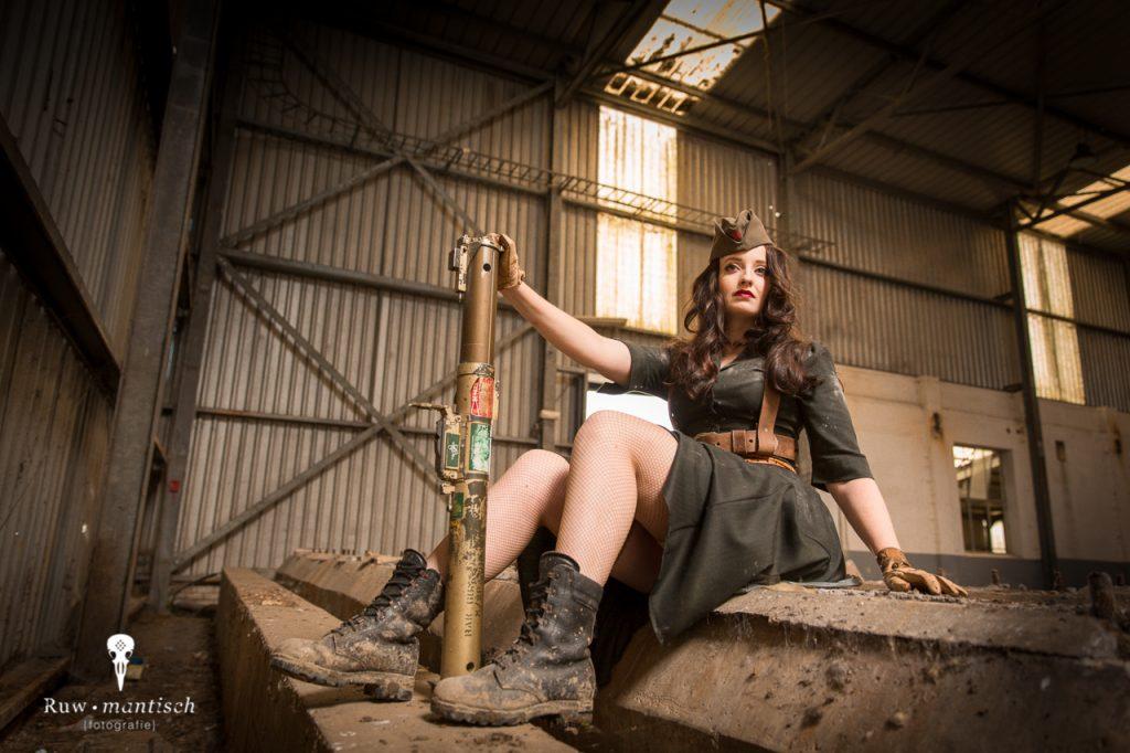 Pinup dieselpunk steampunk fallout fantasy fotoshoot fotografie foto's professioneel stoer vervallen urbex industrieel ruw Ruwmantisch