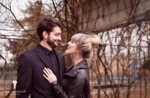 Stelletje lacht naar elkaar in vervallen prieel kijken liefdevol naar elkaar vervallen sfeer ruw urbex fotoshoot shoot fotografie foto's