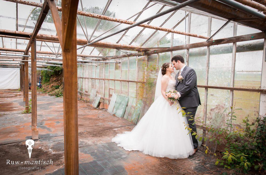 trouwreportage in verlaten urbex kas met roest bruid en bruidengom houden elkaar vast fotografie door ruwmantisch eline kentie