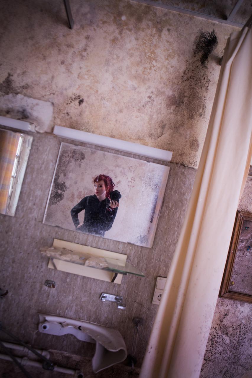 Eline Kentie in ruwe vervallen urbex locatie portret fotografie ruwmantich