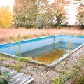 verlaten ruw rauw urbex vervallen www.ruwmantisch.nl ruwmantisch portret portretten portretfoto's fotografie fotosessie fotoshoot huis landhuis zwembad tuin