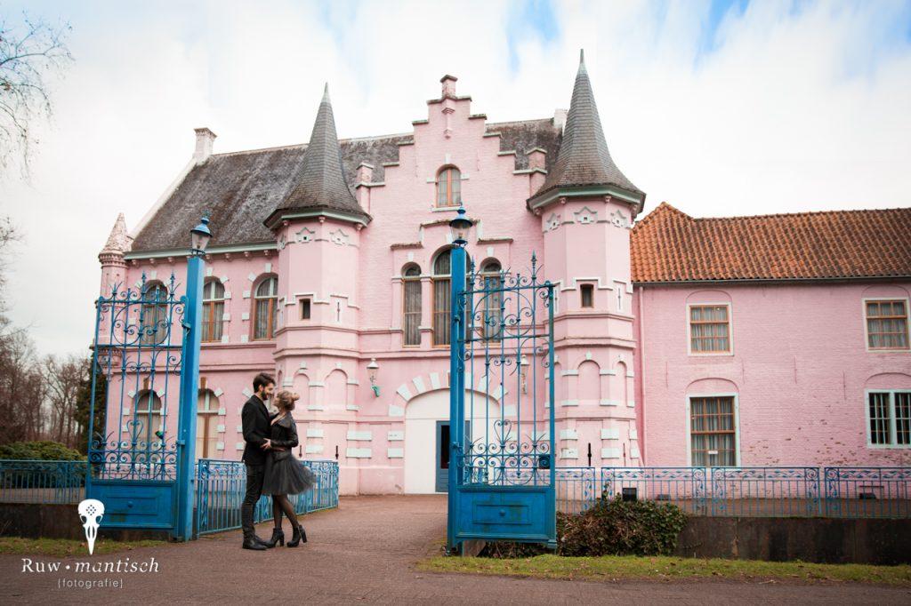 Romantische fotoshoot met stelletje bij roze kasteel urbex vervallen stoer tips kleding door ruwmantisch