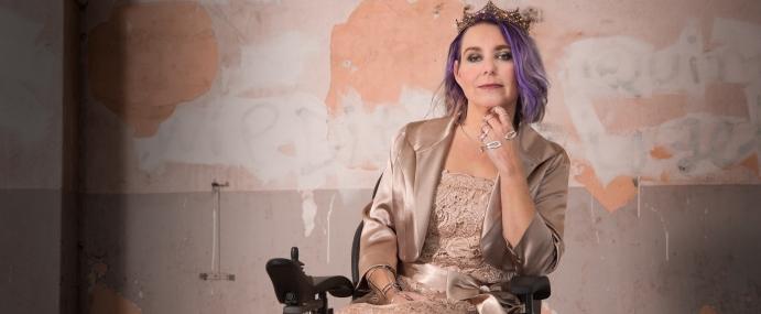 Koningin der Kneuzen | industriële fotoshoot in een rolstoel