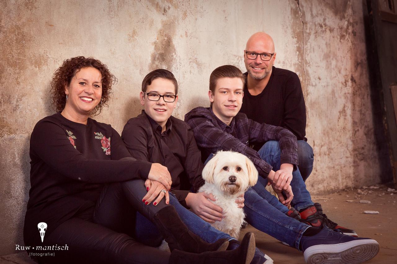 Fotoshoot familie hond Ruwmantisch fotografie portretten den bosch haag noord zuid holland gezocht brabant prijzen gezin stoer industrieel tips kleding fotoshoot