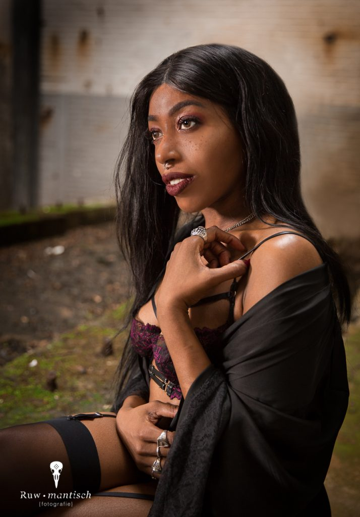 portretfotografie foto fotografen urbex loods industrieel professionele prijzen kosten locatie aparte bijzondere boudoir lingerie Ruwmantisch Rawmantic eindhoven dordrecht Roosendaal