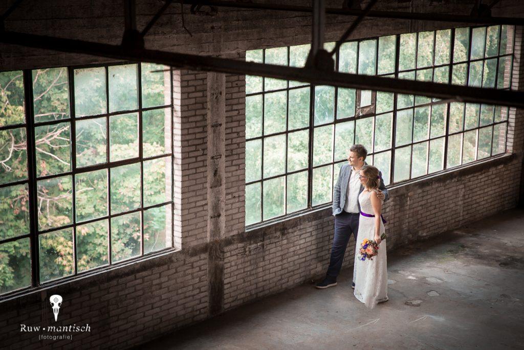 fotoreportage portretten Fotograaf urbex loods industrieel gezocht laten maken binnenlocatie aparte bijzondere bruidspaar loveshoot breda rotterdam utrecht Ruwmantisch Rawmantic