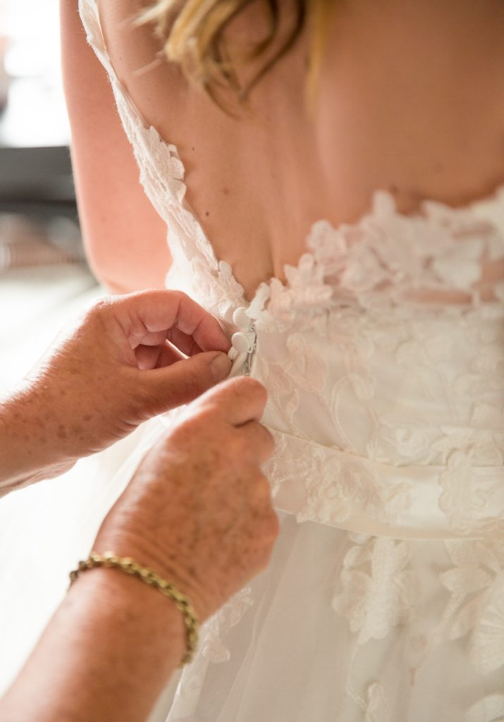 trouwfoto's bruiloft bruidsfotografie trouwfotograaf huwelijksfotograaf fotograaf gezocht kosten goedkoop klaarmaken aankleden jurk knoopjes moeder msterdam rotterdam tilburg enschede