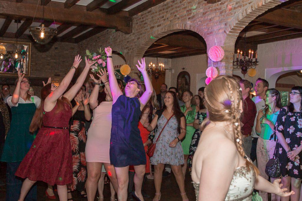 https://ruwmantisch.nl/wp-content/uploads/2019/01/trouwreportage-bruidsreportage-trouwfoto-bruidsfoto-trouwen-bruidspaar-fotograaf-gezocht-kosten-hoe-lang-aanwezig-feest-boeket-gooien-receptie-zwolle-utrecht-eindhoven-nijmegen-arnhem-amersfoort.jpg